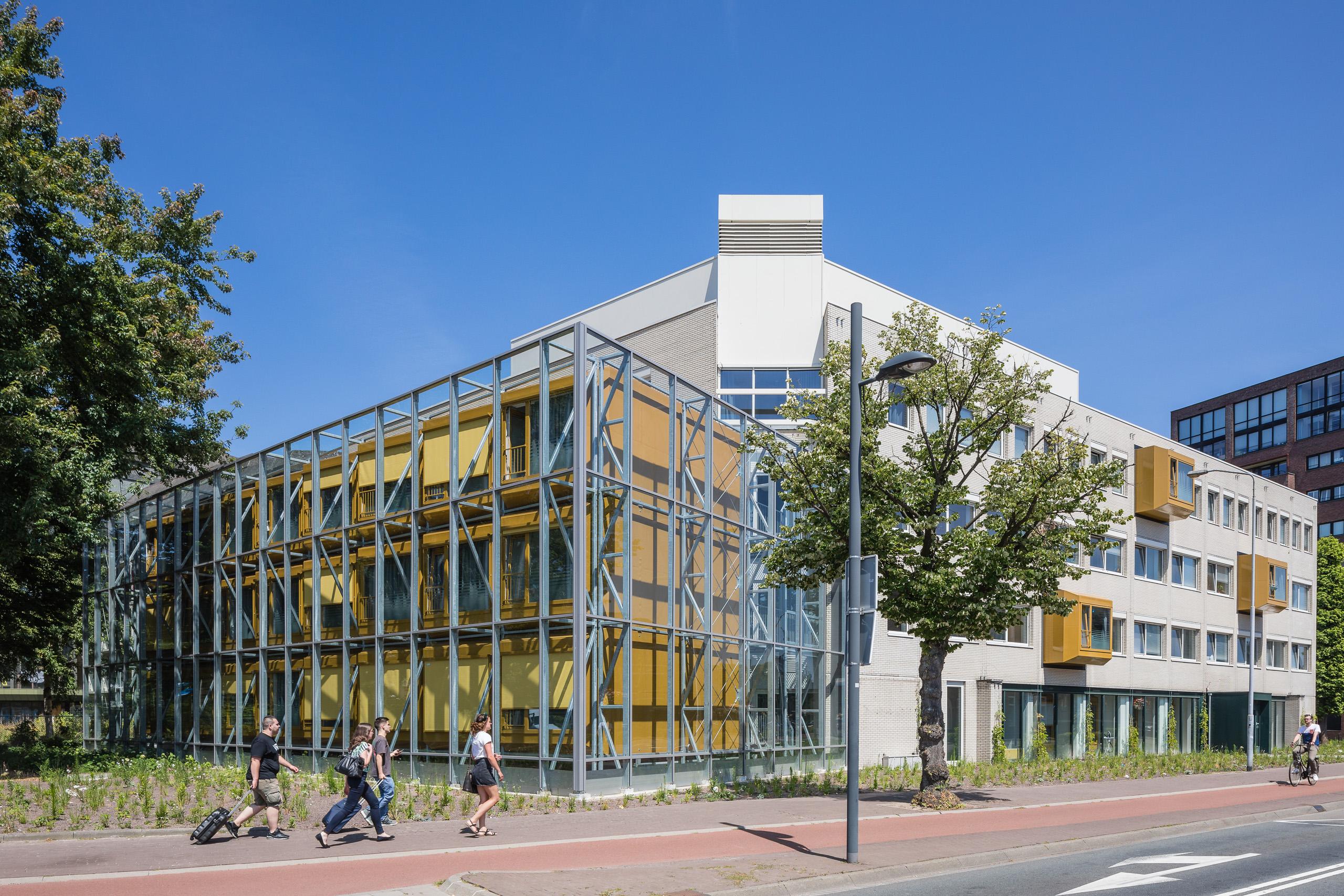 Woonbedrijf transformatie herbestemming Eindhoven Brainport kantoor spacebox prefab container plug-in Archigram Cook flexwonen goudkleurig flexibel circulair materiaalgebruik Willemstraat wooneenheden woonunits containerwoning visionair atelierruimte