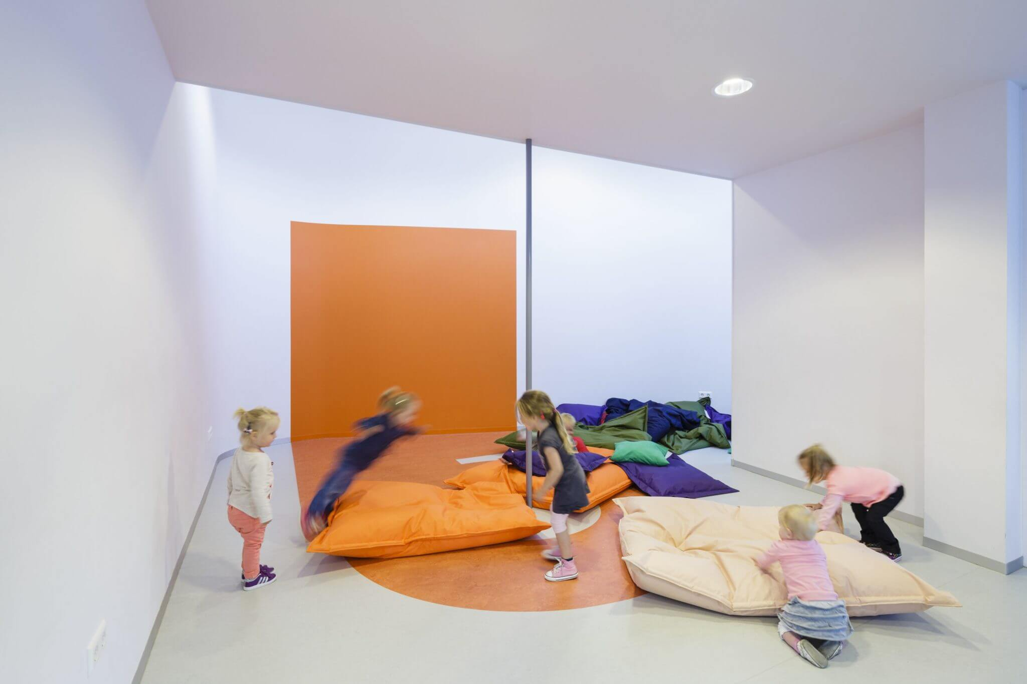 basisschool Eindhoven Dikkie&Dik onderwijs kleur kleuraccenten kinderopvang kinderdagverblijf dagopvang Brainport brug loopbrug verbinding speelzaal BSO Waalstraat St. Antonius Abt. metselwerk