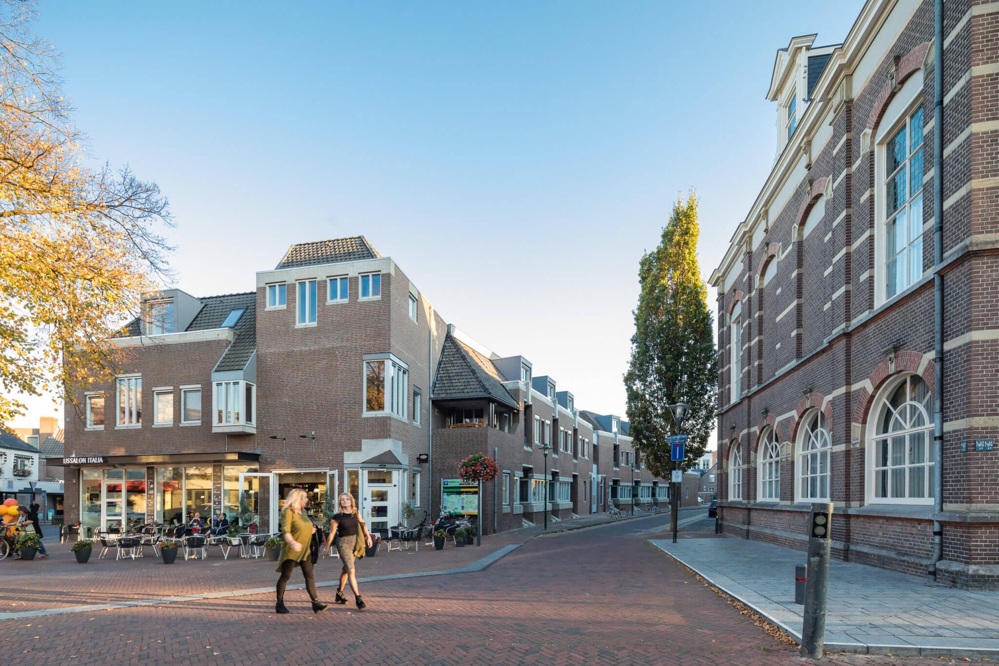 wonen appartementen Deurne Rabobank transformatie hergebruik sociaal Van den Acker Bossche School soberheid balkons lichtbaken baksteen beton betonbanden Struyken modern monument