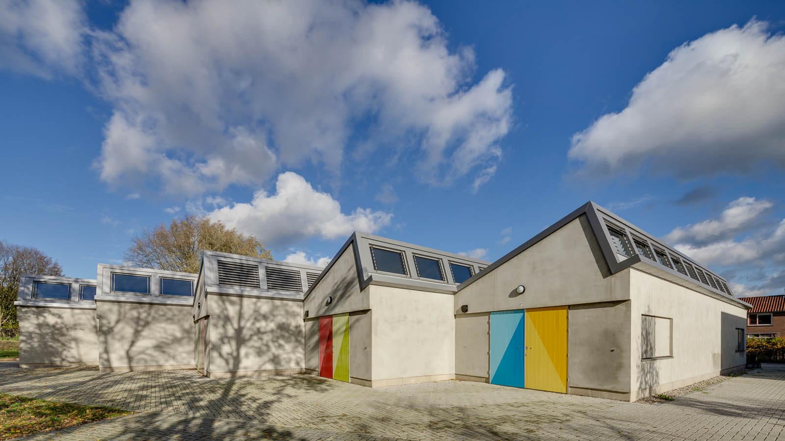 atelier atelierwoning ateliergebouw kunstenaar Plataan Deventer Rietveld lamellen luiken kleur passiefhuis energiekosten sheddak daklicht brand