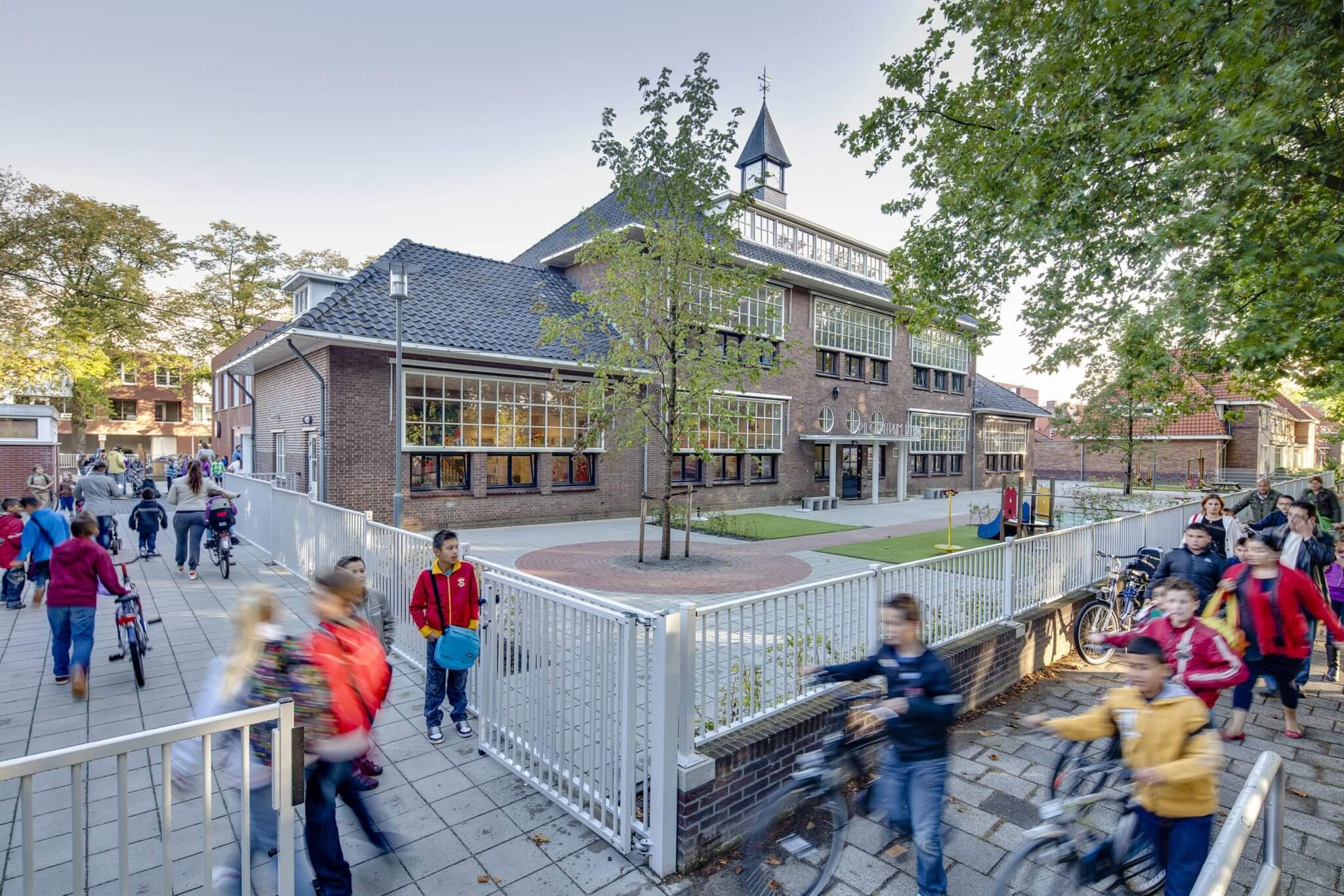 duurzaam monument Derde Philips school klokkentoren baksteen trappenhuis sociale woningbouw huurwoningen peuterspeelzaal ensemble tuinmuren