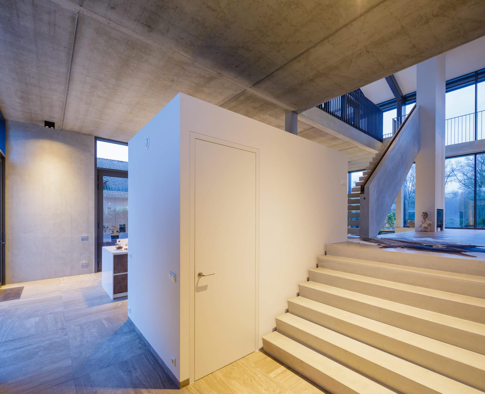 villa glazen glas Eindhoven Brainport huis Stadwandelpark praktijkruimte Elzent betonarchitectuur hanrath zadeldak vernieuwend vide showtrap PV-panelen indaks