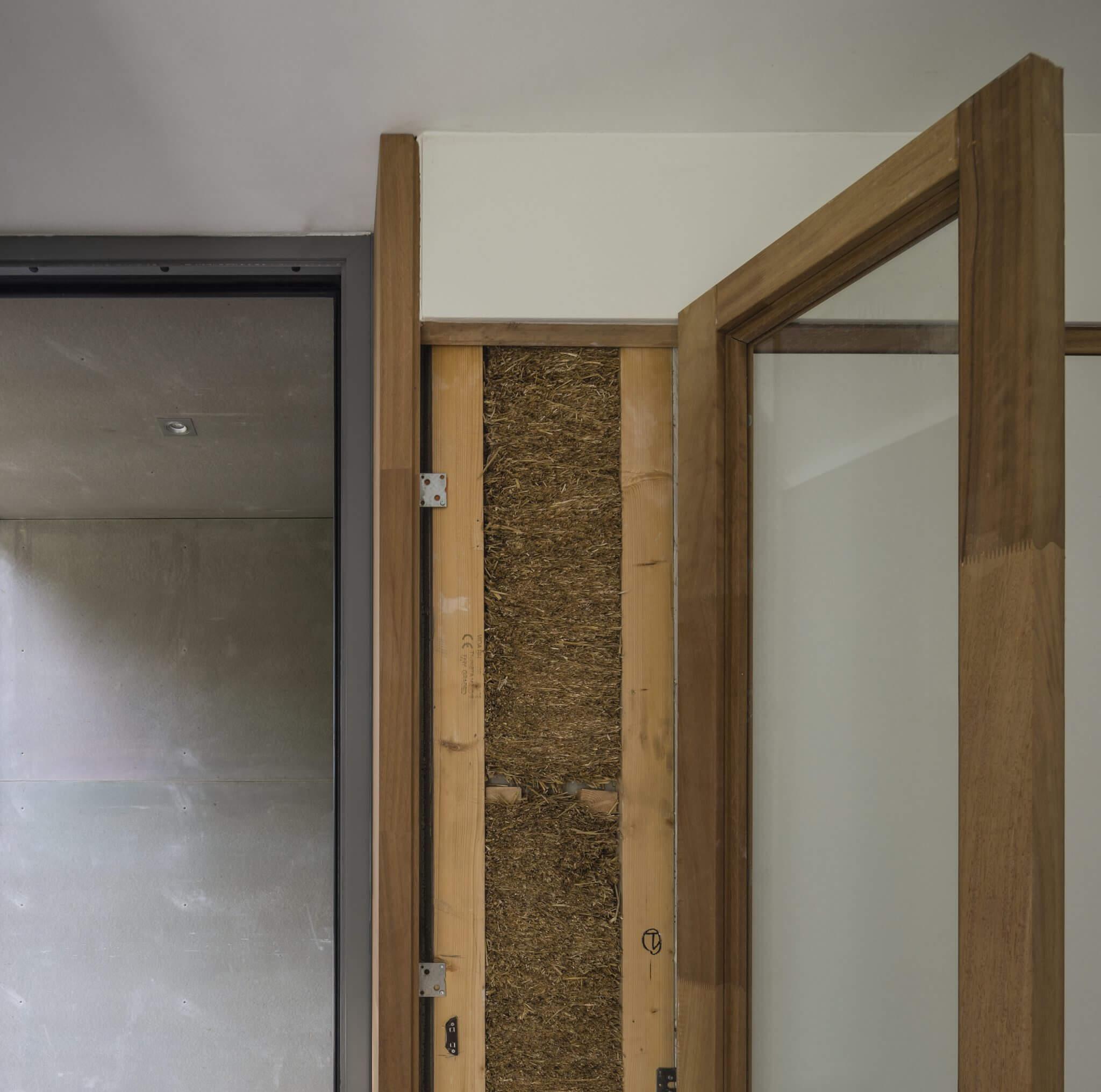 Eindhoven Brainport Strotec stro leem biobased stuc stucwerk hout weißenhofsiedlung isolatie circulair ecococon energieneutraal split-level licht villa CPO Philips Strijp Strijp-R binnenklimaat damp-open klimaat gezond energie zonnepanelen hoog plafond