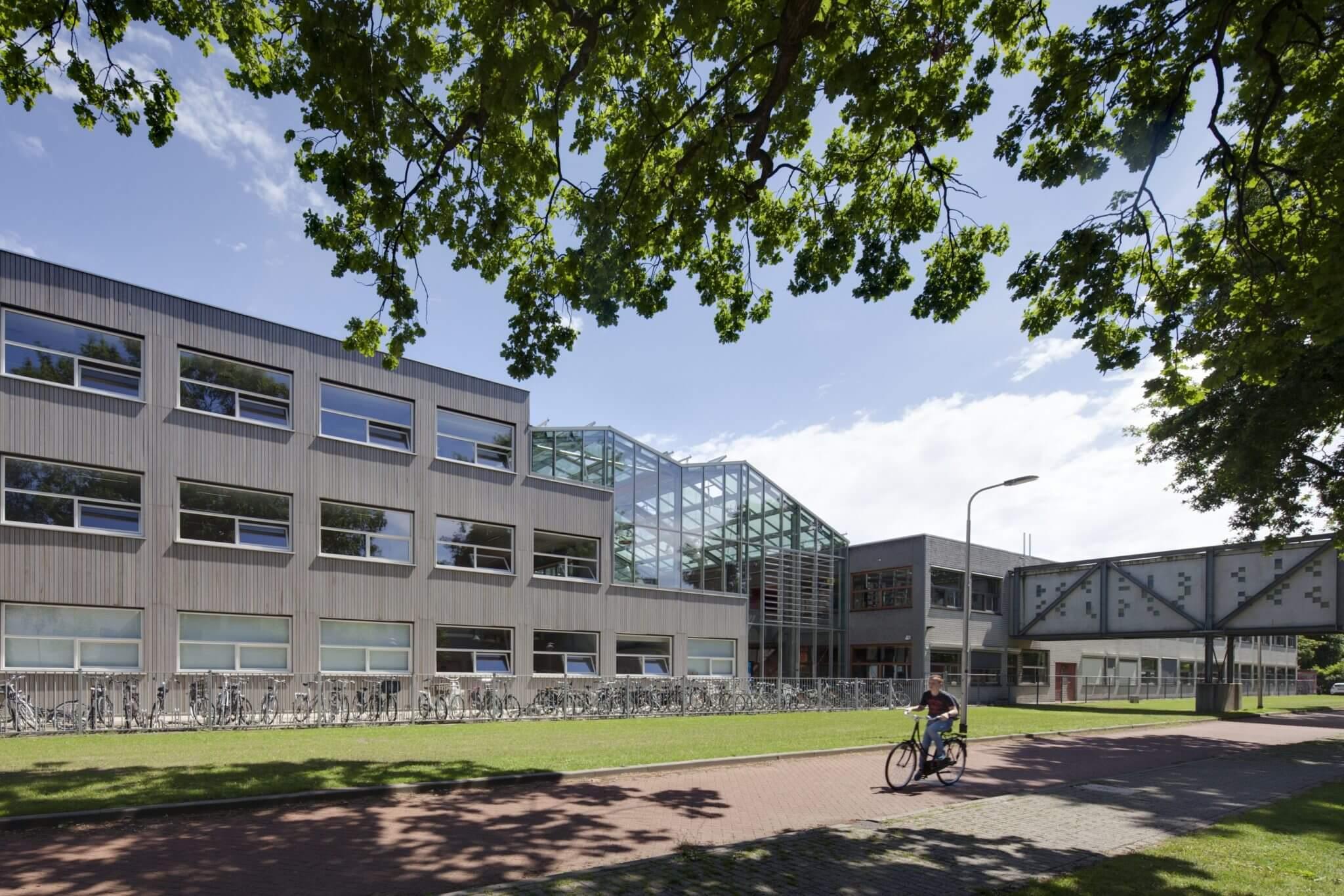 Tilburg Reeshof betonsteen Western red cedar glas kas E&B systeembouw houten kozijnen houtgevel houtbouw Peter Struycken kunstenaar loopbrug glasstenen