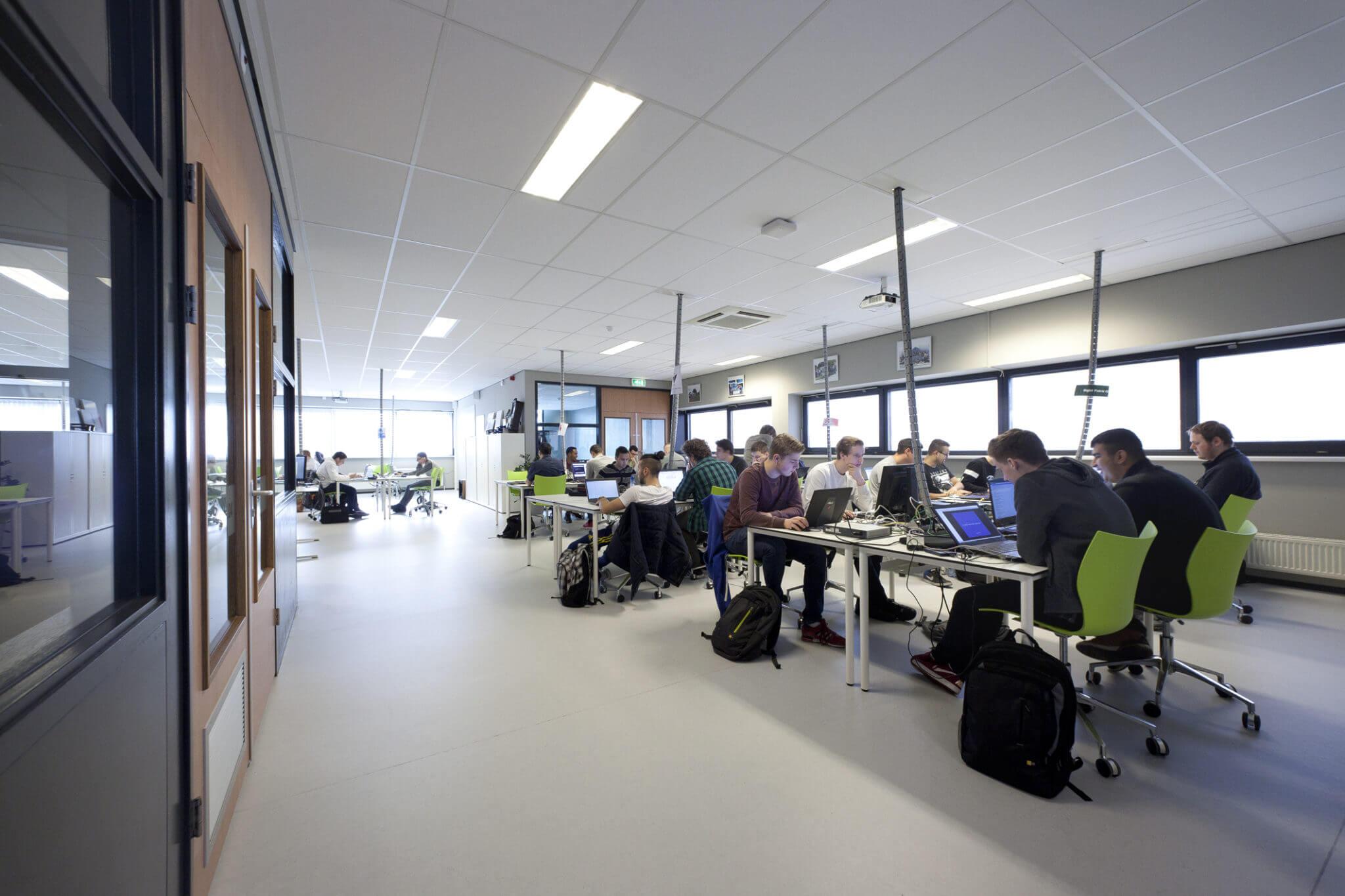 Tilburg onderwijs ROC ICT media OGT technologie renovatie domein ontmoeting beroepsomgeving creatief ateliers no-nonsense server cockpits